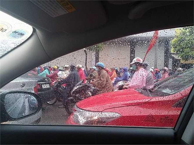 Xe máy cũng nhích từng centimet dưới trời mưa.