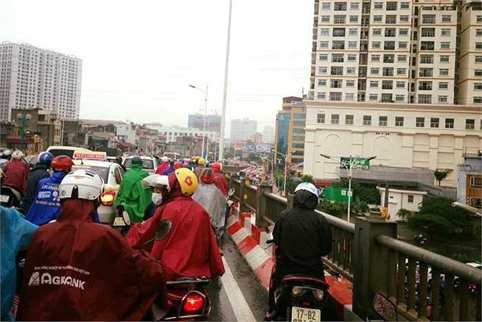 Cầu vượt nhẹ cũng không thoát khỏi tình trạng tắc đường nghiêm trọng.