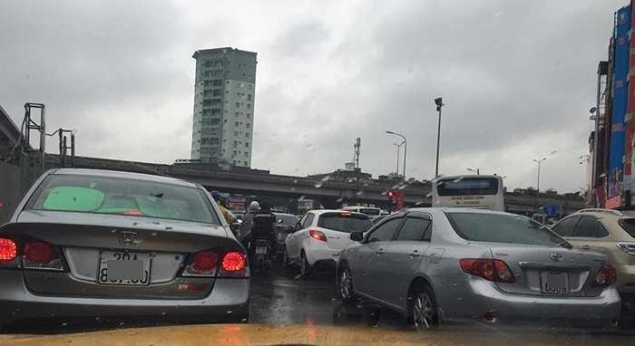 Nhiều tài xế cho biết, mất cả tiếng đồng hồ mới đi qua được nút giao Nguyễn Trãi - Nguyễn Xiển.