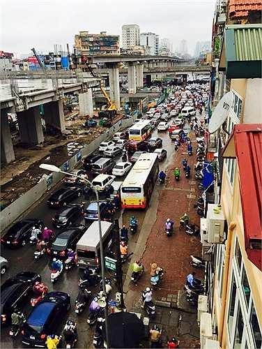 Hình ảnh ùn tắc kinh hoàng trên đường Nguyễn Trãi.
