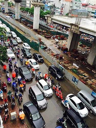 Nhiều người đến cơ quan muộn do tắc đường. Một số người chia sẻ, đi làm từ 7h30 phút nhưng đến hơn 8h hơn vẫn chưa ra được khỏi đám tắc đường.