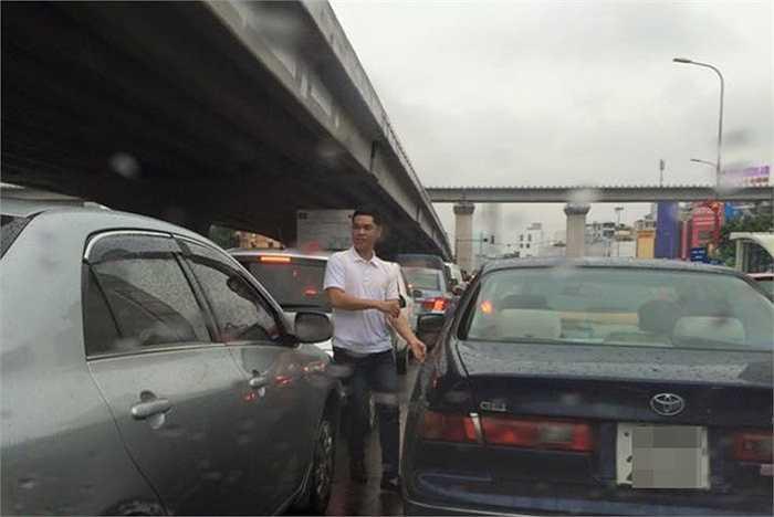 Một số tài xế sốt rượt mở cửa xe đứng xuống đường quan sát.