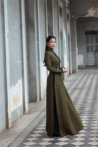 Một trong những dấu ấn quan trọng nhất Coco Chanel để lại cho hậu thế chính là chất liệu vải tweed và chiếc áo khoác với hàng nút to bản cùng đường diềm tua rua kinh điển.