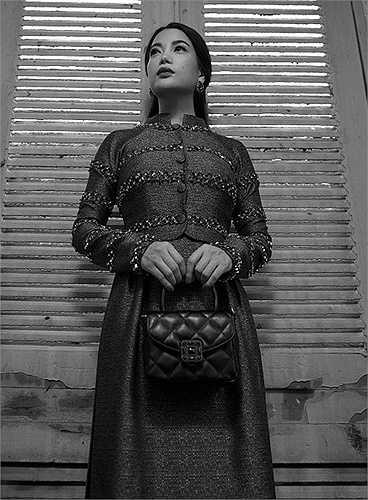 Nhà thiết kế Công Trí đã vận dụng hai yếu tố đặc trưng trong thiết kế của Chanel vào chiếc áo dài, vốn cũng là một biểu tượng phong cách thuần Việt nổi tiếng không kém.