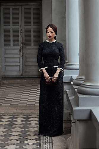Phần cổ áo và thân trên được cách điệu như chiếc áo khoác Chanel với đường diềm ở nắp túi, ve áo, cổ tay áo và hàng nút to bản đầy ấn tượng