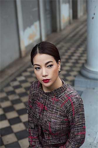 Chất liệu vải tweed tưởng chừng nặng nề nhưng lại làm vững chắc thêm cấu trúc áo dài và làm cho phần tà thêm phẳng phiu trang nhã. Một số thiết kế kết hợp thêm áo khoác mang dáng dấp thiết kế kinh điển của Chanel, làm cho tổng thể thêm phần sang trọng, vừa lạ vừa quen.