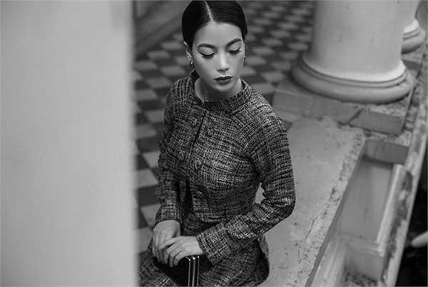 Diễn viên Trương Ngọc Ánh, cũng là bạn thân của nhà thiết kế được tin tưởng mời thể hiện bộ sưu tập áo dài với chia sẻ: 'Đây là cuộc gặp gỡ của những biểu tượng kinh điển, phong cách lừng danh của Coco Chanel, nét đẹp thuần Việt của chiếc áo dài và cốt cách quý phái, sang trọng ngày càng đậm đà của Trương Ngọc Ánh. '