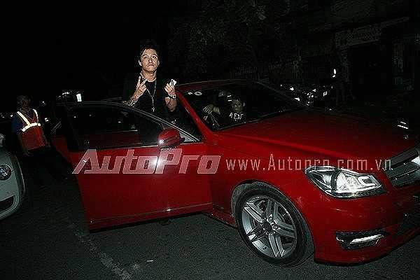 Chàng ca sỹ 'Tìm lại bầu trời' còn khoe dáng bên một chiếc Mercedes C300 AMG có giá 1,5 tỷ đồng.