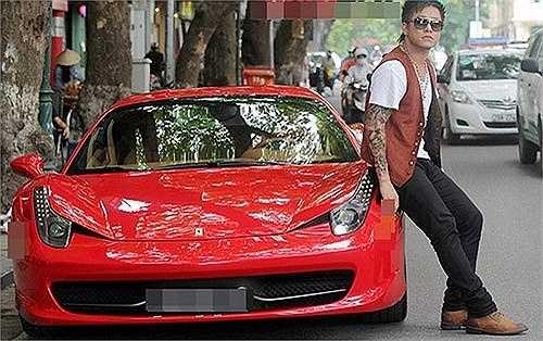 Xuất hiện trên đường phố với chiếc Ferrari 458 Italia có giá lên tới 5,5 tỷ đồng, Tuấn Hưng khiến không ít người 'choáng'.