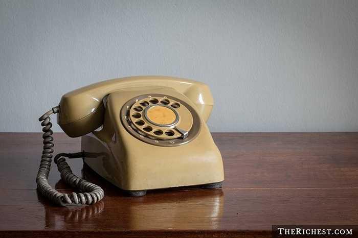 Điện thoại quay số. Có lẽ phải từng dùng qua một lần thì mọi người mới hiểu được chiếc điện thoại quay số khó chịu đến mức nào khi phải chọc ngón tay xuống và bắt đầu quay đến số cần chọn một cách nặng nề