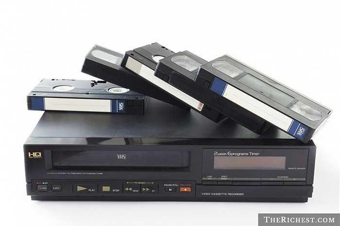 Băng Video. Những chiếc đầu VHS ngày xưa là tài sản 'phải có' đối với nhiều gia đình. Đầu thu này dùng để chạy những chiếc băng video to lớn, cồng kềnh và hay bị rối dây khi tua nhiều
