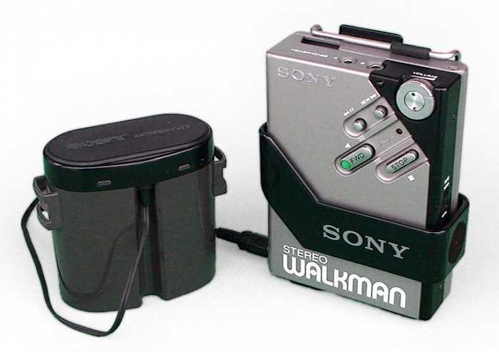 Sony Walkman. Trước khi có iPod, người ta thường chỉ tìm đến nghe nhạc qua băng cassette và một chiếc  Sony Walkman là sự lựa chọn hoàn hảo