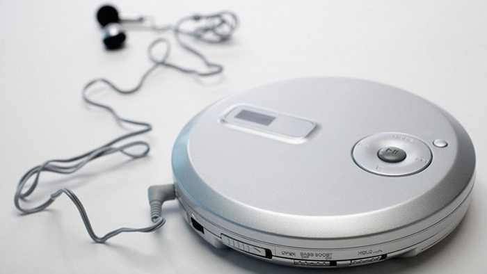 Discman. Thời kỳ thoái trào của băng cassette bắt đầu với việc những chiếc đĩa CD ra đời và người ta dùng tới Discman để thay thế Walkman mặc dù Discman khá cồng kềnh và nặng. Cuối cùng, thời nhạc số đã đến và khiến Discman gần như 'tuyệt chủng'