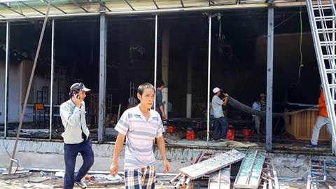 Phần bên trong công trình xây dựng đã bị cháy đen