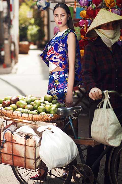 Bộ ảnh được thực hiện bởi stylist Tân Đà Lạt, nhiếp ảnh gia Tiên Nguyễn, chuyên viên trang điểm Phúc Nghĩa, thời trang tóc Hà Duy Nam và nhà thiết kế Thủy Nguyễn.
