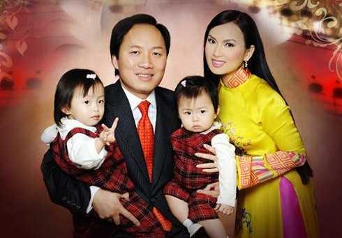 Vợ chồng Chính Chu - Hà Phương và hai con gái.