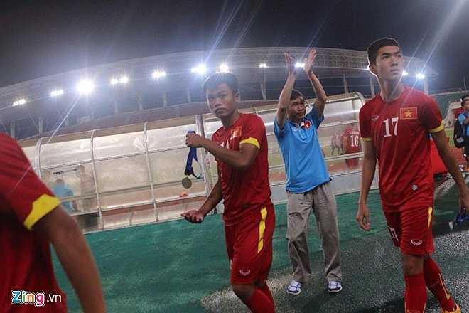 Trưởng đoàn U19 Việt Nam Dương Nghiệp Khôi vẫy chào tạm biệt các CĐV Việt Nam có mặt trên sân. (Ảnh: Zing)