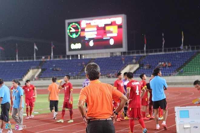 HLV Hoàng Anh Tuấn thẫn thờ nhìn bảng tỷ số. Ông sẽ tiếp tục sát cánh cùng các cầu thủ U19 Việt Nam tại vòng loại U19 châu Á, nơi đội ở cùng bảng với Myanmar, Brunei, Đông Timor và Hong Kong. (Ảnh: Zing)