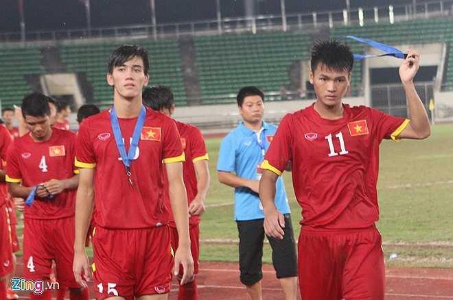 Các cầu thủ U19 Việt Nam không giấu được nỗi buồn khi chỉ giành HCB. (Ảnh: Zing)