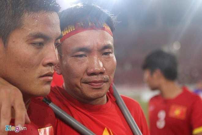 Tiền vệ Phạm Trọng Hóa chia buồn cùng 1 CĐV Việt Nam. Anh là cầu thủ tạo ra những cơ hội tốt nhất của U19 Việt Nam trong hiệp 2, trong đó có một cú dứt điểm chạm cột. (Ảnh: Zing)