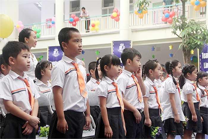 Đúng 7h30, lễ khai giảng năm học mới ở trường tiểu học song ngữ Brendon (Hà Nội) chính thức được bắt đầu