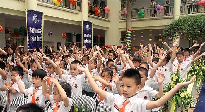 Các em nhỏ thích thú khi được thể hiện tiết mục nhảy sôi động