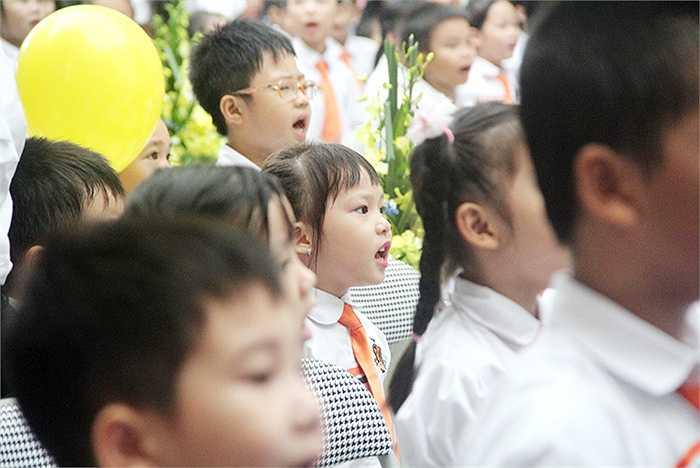 Mỗi học sinh đều cất vang bài Quốc ca đầy tự hào