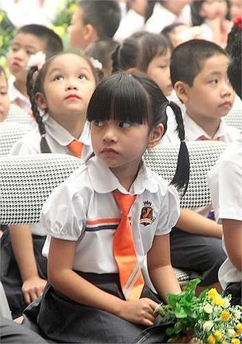 Đối với những học sinh lớp 1, nhiều em vẫn còn chút bỡ ngỡ ở ngôi trường mới. Trong buổi lễ khai giảng, nhiều em luôn để ý nhìn cha mẹ ở gần đó