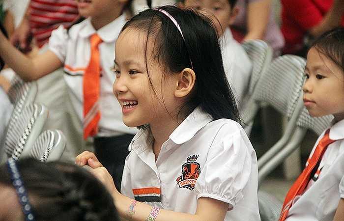 Học sinh nhỏ tuổi cảm thấy thích thú với những tiết mục do các anh chị trình diễn