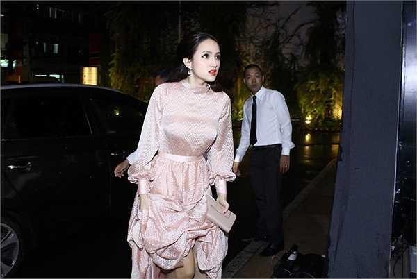 Hương Giang Idol thật lộng lẫy trên thảm đỏ với bộ váy thanh lịch diu dàng khoe được vẻ đẹp mỏng manh