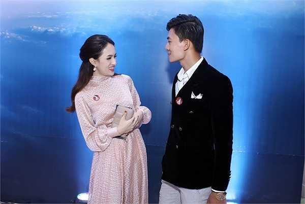 Cô cũng dành nhiều cử chỉ thân mật dành cho nam diễn viên Hiếu Nguyễn