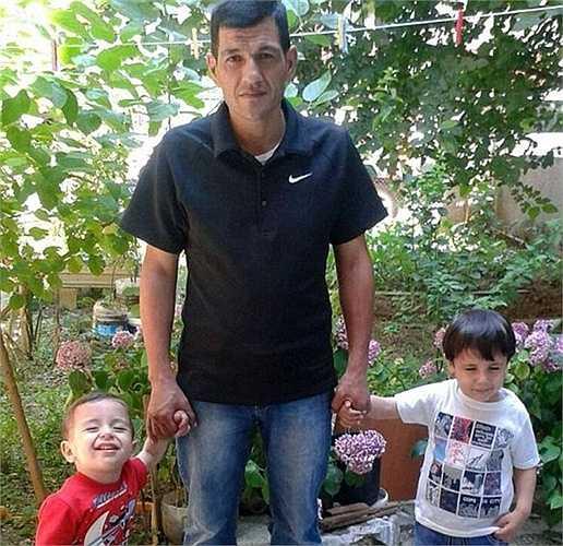 Bé trai Syria, Aylan Kurdi được phát hiện đã chết bên bờ biển Thổ Nhĩ Kỳ sau khi rơi khỏi thuyền trên đường đi tỵ nạn cùng gia đình. Hình ảnh 'ngủ' gục bên bờ biển của Aylan đã khiến cộng đồng mạng sôi sục trong thời gian qua