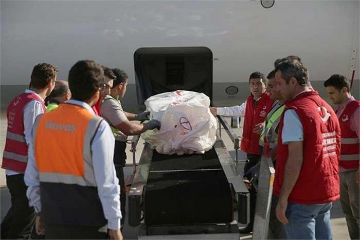 Ngày 4/9, các cơ quan quốc tế đã trực tiếp đưa thi hài hai cháu bé Syria về quê nhà ở Kobane để an táng.