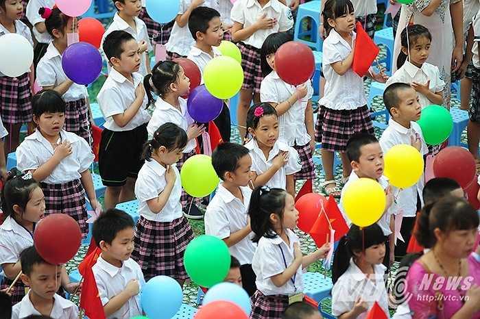 Nghi lễ chào cờ truyền thống, bài hát quốc ca vang lên, các 'nghé con' dù mới nhập trường song cũng ca chung lời ca cùng các anh chị khối lớn