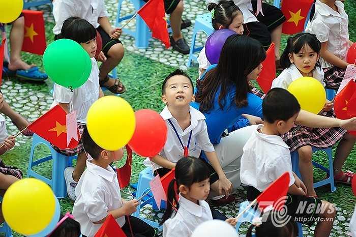 Các bé lớp 1 khá hào hứng trong ngày khai trường