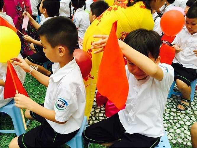 Cũng vẫn có những bạn còn lạ trường lạ lớp, khóc nhè trong lễ khai giảng
