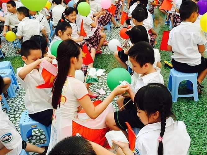 Lễ khai giảng năm nay diễn ra trong thời tiết thuận lợi song các cô cũng không quên chú ý chăm sóc, lau những giọt mồ hôi trên má cho các con khối 1.
