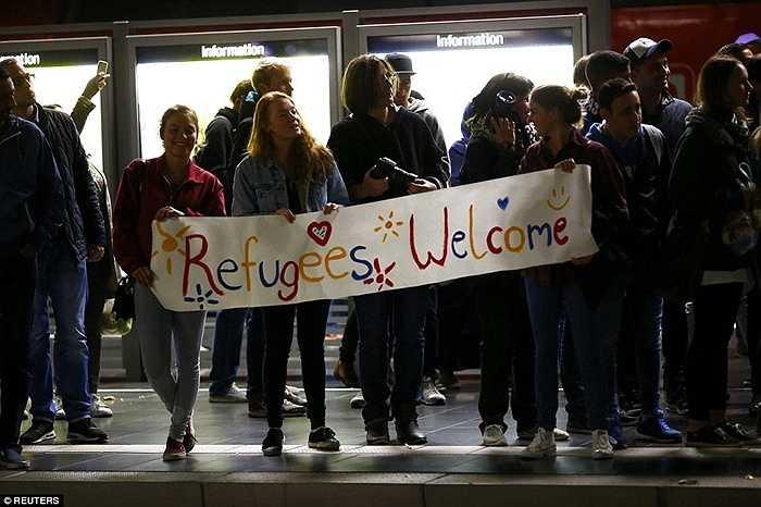 Người dân Đức cùng giơ khẩu hiệu 'Welcome Refugees' - Chào mừng người tỵ nạn đến với quốc gia của họ