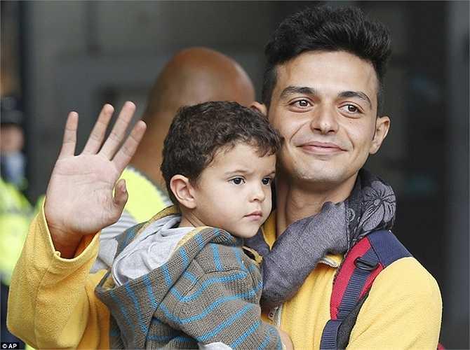 Niềm vui vỡ òa của người tỵ nạn sau nhiều ngày tháng sống trong sợ hãi