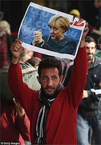Rất nhiều người giơ cao tấm hình chụp bà Merkel. Được biết, Thủ tướng Đức cũng sẽ cho phép người tỵ nạn ở lại quốc gia này trong thời gian dài hơn