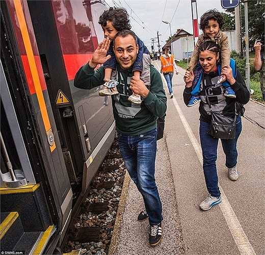 Người dân háo hức lên tàu rời khỏi các trại tỵ nạn