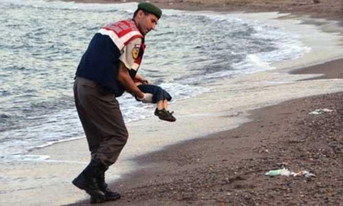 Hình ảnh em bé 3 tuổi người Syria, Aylan Kurdi ngủ 'gục' bên bờ biển sau chuyến tỵ nạn bất thành tới châu Âu đang khiến cộng đồng thế giới sôi sục trong thời gian qua