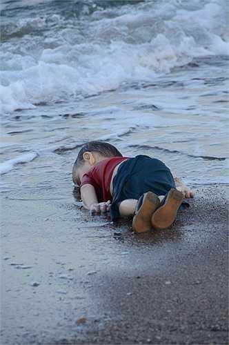 Em bé đáng thương chỉ là một trong nhiều nạn nhân đã mất mạng vì nỗ lực đổi đời, tránh xa cuộc sống nghèo đói và loạn lạc. Đây là dịp để thế giới một lần nữa nhìn lại những khó khăn mà người tỵ nạn đang gặp phải