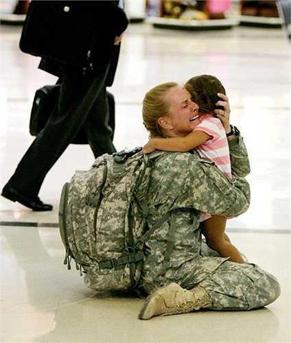 Các quân nhân xa nhà luôn phải nhận sự thiếu thốn về mặt tình cảm. Trong bức ảnh chụp vào năm 2012 này, nữ quân nhân Terri Gurrola sung sướng đến phát khóc khi được đoàn tụ với con gái sau khoảng 7 tháng xa cách
