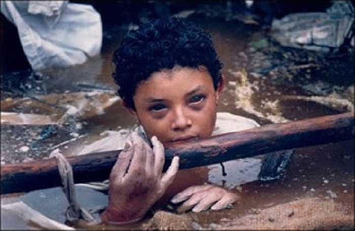 Tác giả Frank Fournier đã chụp lại bức hình cô bé Omayra Sanchez đang mắc kẹt trong đống đổ nát sau vụ phun trào núi lửa ở Colombia năm 1985. Cô bé được cứu nhưng đã mất trong bệnh viện sau 3 ngày chống chọi với hoại tử. Chính quyền địa phương ở Columbia bị thế giới chỉ trích sau khi chậm trễ trong việc giải cứu nạn nhân