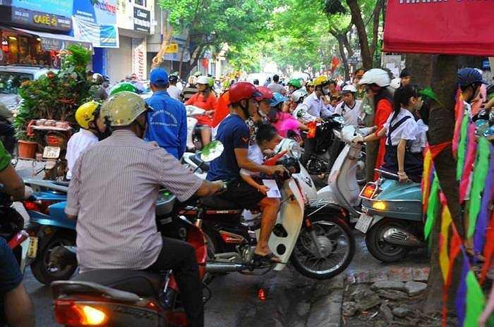 Nhiều phụ huynh đưa con đến trường khiến tuyến đường trước các cổng trường ùn ứ.