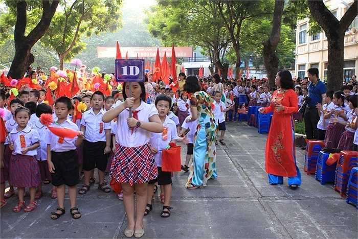 Hình ảnh học sinh trong lễ khai giảng tại trường Tiểu học Hoàng Hoa Thám.
