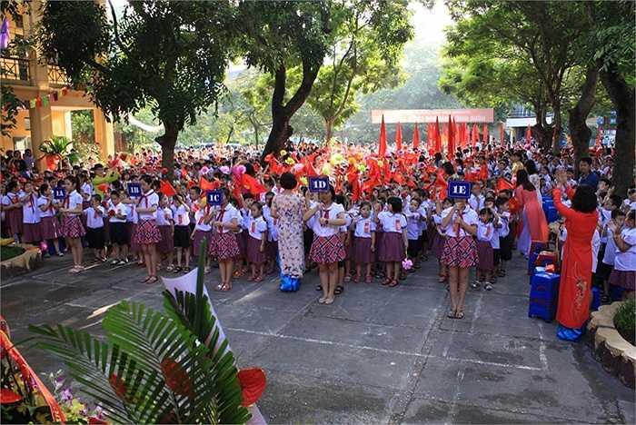 Theo ghi nhận của PV, lễ khai giảng của hầu hết các trường tại Hà Nội diễn ra ngắn gọn, trạng trọng. (Ảnh: Minh Chiến)