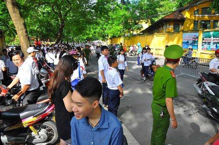 Lực lượng chức năng có mặt phân luồng, chống ùn tắc giao thông trước cổng các trường học.