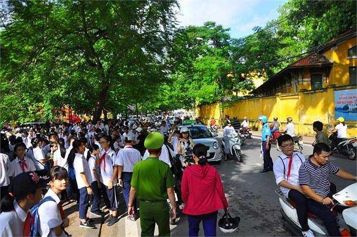 Sau khi kết thúc lễ khai giảng, học sinh ra cổng trường đợi phụ huynh, khiến tuyến đường càng thêm đông đúc hơn.